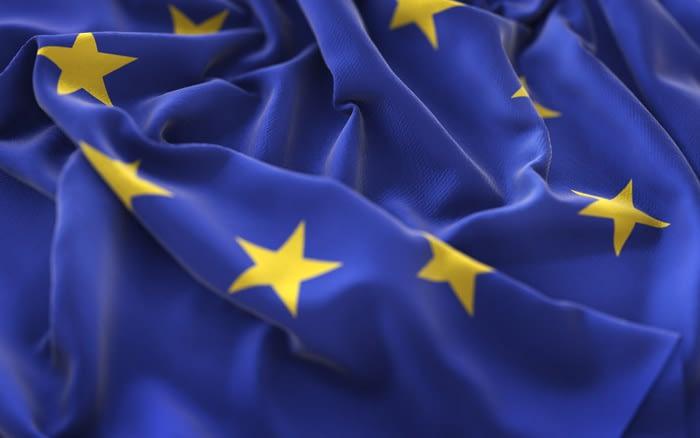 La bandera de la Unión Europea y la corona de la Virgen